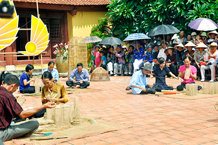 Making fishing net in Hung Hoc traditional village, Quang Yen
