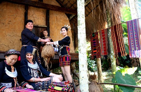 Visit the primitive house of Li people