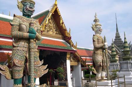 Standing guardian statues of Wat Phrakaew