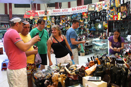 Tourists shopping in Dam Market