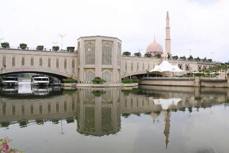 Putra Bridge features Islamic architecture and design