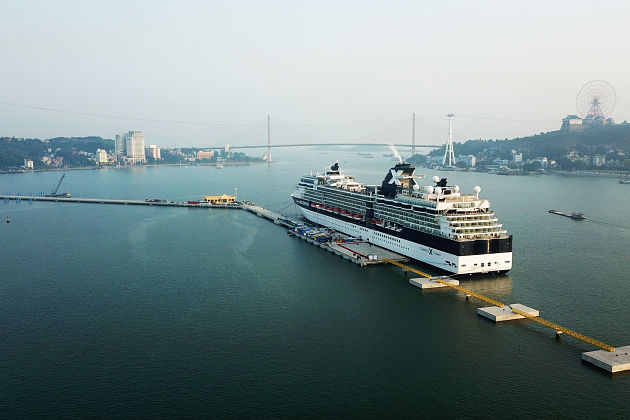 Cruise-ship-docks-at-Halong-International-Passenger-Port